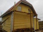 Левая стена дома точнее швы между бревнами обработаны герметиком для дерева «теплый шов». Покраска бревна – лессирующая глазурь «Remers».