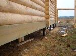 Свайно-винтовой фундамент под дом из оцилиндрованного бревна обвязанный 200-ым брусом