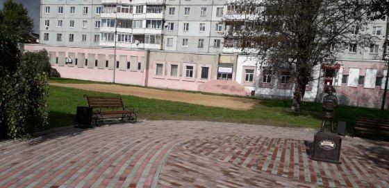 Кованые скамейки и урны в сквере компании «Русский бисквит»